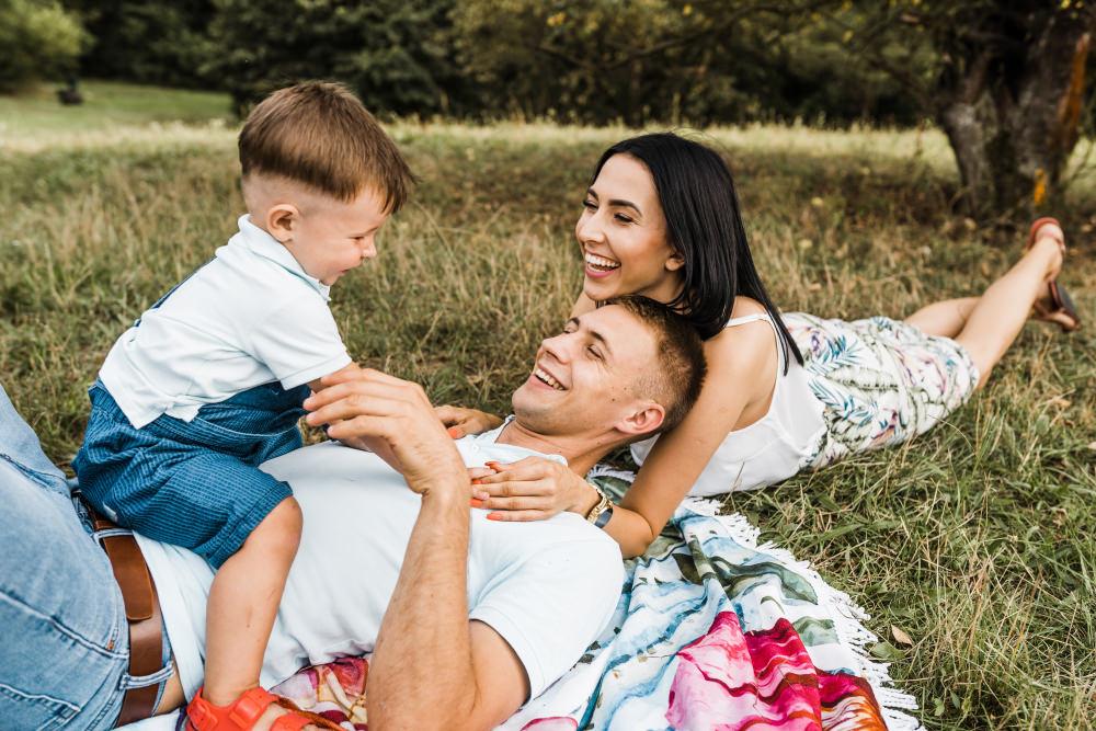 Sesja rodzinna z poltorarocznym dzieckiem w plenerze